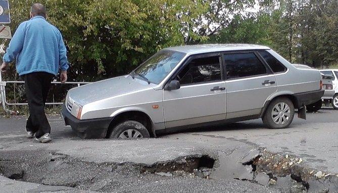 Автомобиль попал в яму на дороге. Что делать и с кого возместить ущерб?